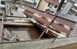 樓頂遮陽棚被風刮落墜地 房主及時清理干凈除隱患