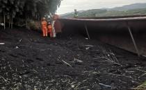 运煤车弯道处侧翻司机被困