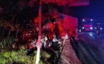 凌晨时分两车追尾 挂车车头严重变形司机被困