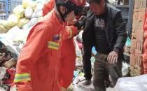 老房子突然倒塌一人被埋壓  消防救援人員急救援