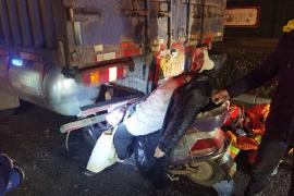 女子骑电动车玩手机追尾货车 当场被卡住牙齿也被撞掉