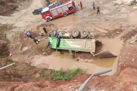 渣土車從6米高的坡上側翻下來  消防急救援